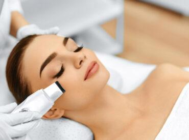 Kavitationspeeling ist eine wirksame, und zugleich sanfte Methode für die genaue Gesichtsreinigung. Es entfernt Schmutz, die abgestorbene Oberhaut und beschleunigt die Zellerneuerung, versorgt die Haut auch mit Feuchtigkeit.