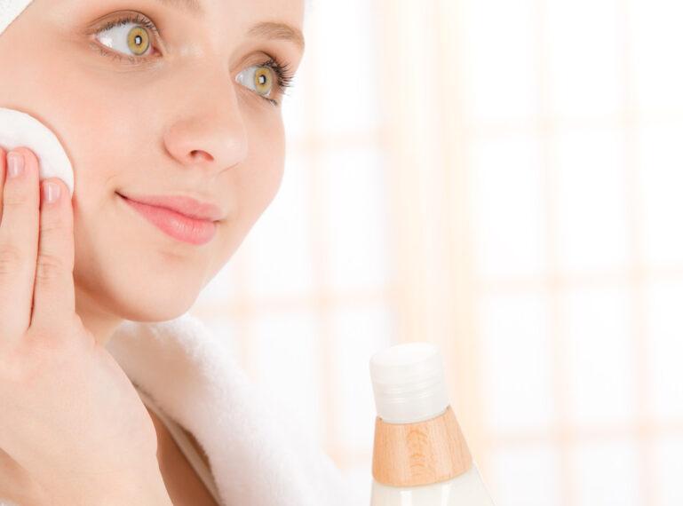 Pflege der jungen Haut: Pflegeprodukte und Make-up