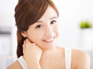 Europäische Frauen beneiden Koreanerinnen wegen ihrer dichten, rabenschwarzen Haare und einer makellosen Haut. Während die Haare der koreanischen Frauen von den Genen abhängen, ist der schöne Teint eine Folge der sorgfältigen Hautpflege.