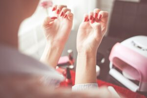 Was tun bei brüchigen Nägeln? Methoden gegen splitternde Nägel