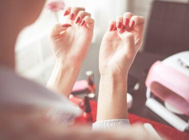 Nägel sind den Schäden jeden Tag ausgesetzt, denn Kosmetikprodukte, Detergenzien und harte Gegenstände haben auf sie einen direkten Einfluss.