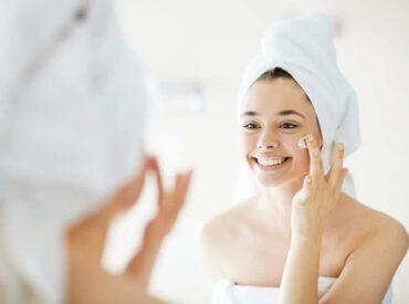 Erweiterte Hautporen, Irritationen, Falten, Hautflecke – das sind nur ausgewählte Probleme, die auf der Haut entstehen können. Herbst ist eine richtige Zeit dafür, sie mithilfe der ästhetischen Medizin oder der angemessenen Kosmetik loszuwerden. Wie bewältigen Sie die Hautprobleme? Welche Regeln sind dabei zu beachten?